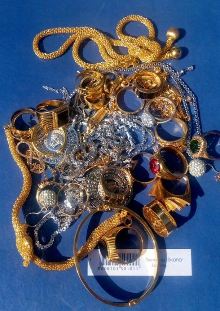 Zaplenjeno oko 800 grama zlatnog nakita, vrednog milion dinara