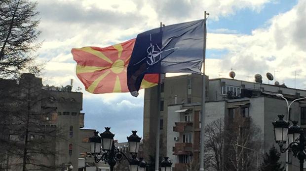 Zastava NATO-a se vijori  ispred makedonske vlade
