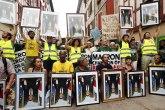Zašto demonstranti nose Makronove slike okrenute naopako FOTO