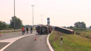 Zbog nesreće u Slavonskom Brodu vozaču određen pritvor od 30 dana, njegov advokat odbacuje navode da je zaspao za volanom