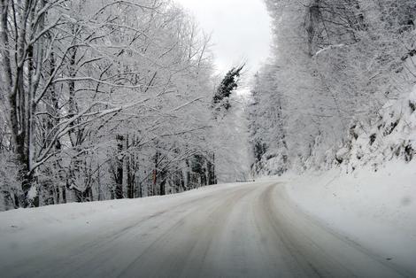 Zbog snega usporen saobraćaj u BiH, a POSEBAN OPREZ na ovim putnim pravcima