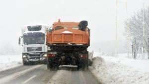 Zbog snežnih nanosa i vetra neprohodan put ka Kopaoniku preko Brusa