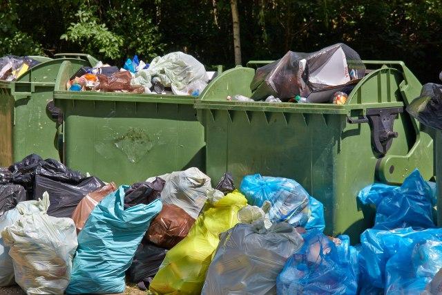 Zbog štrajka komunalaca ulice pune smeća