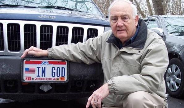 """Zbog tablica sa natpisom """"Ja sam bog"""" završio na sudu i – pobedio"""