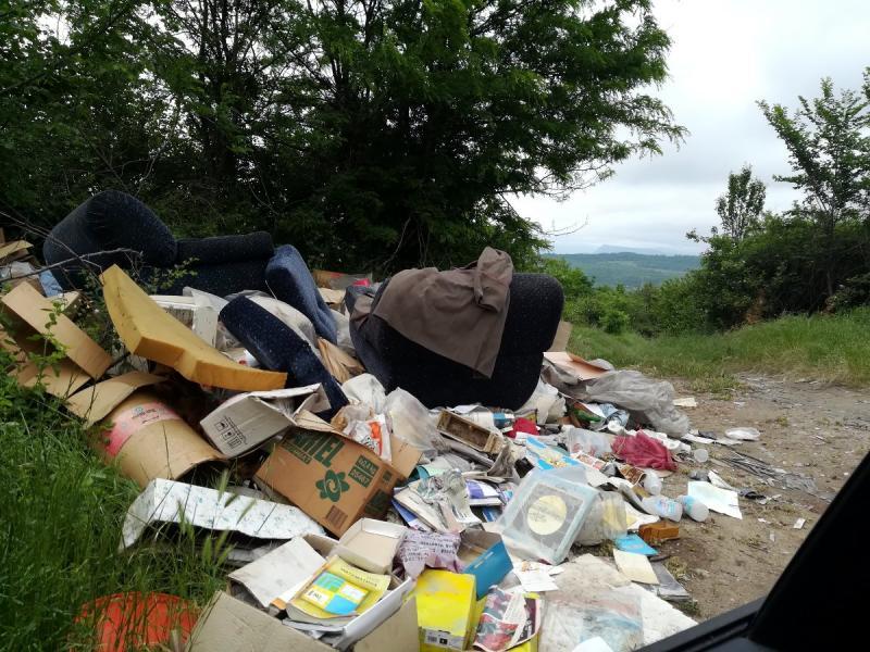Zelenilo u okolini Niša puno smeća, starog nameštaja i automobilskih guma