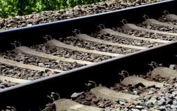 Železnice: Nesreća na pružnom prelazu u Rumi, vozilo se provlačilo između spuštenih branika
