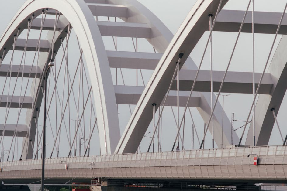Žena visila sa Žeželjevog mosta, prolaznici je spasili u poslednjem momentu