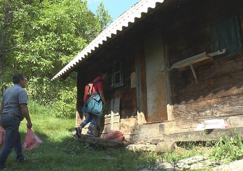 Žena vuk sa Čemerna, živi u kolibi bez struje i vode, hrani se šumskim plodovima i uspešno izbegava ljude