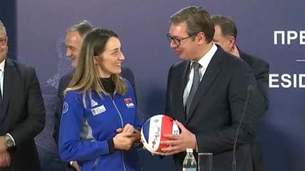 Vučić odbojkašicama: Hvala vam što ste nas naučile kako se ide do cilja