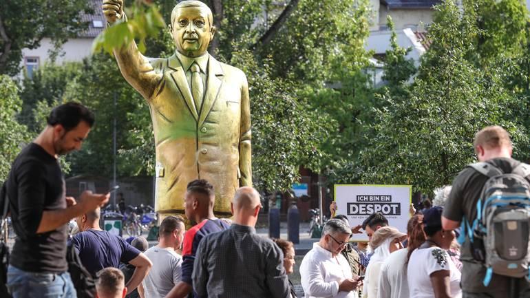Zlatni kip Erdogana uklonjen s izložbe u Njemačkoj