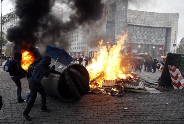 Žuti prsluci: Zapaljeni autmobili, suzavac i hapšenja VIDEO FOTO