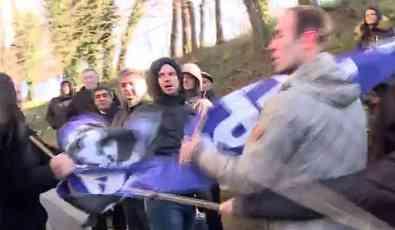 Aktivista SNS koji se sukobio sa oficirom ranije cepao transparente građana