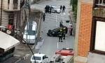 Auto udario u semafor, pa se prevrnuo na krov: Udes u centru Vlasotinca (FOTO)