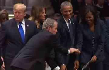 BUŠ JE IZVADIO NEŠTO IZ DŽEPA I DAO OBAMINOJ ŽENI: Detalj sa ispraćaja bivšeg predsednika SAD o kom svi pričaju (VIDEO)