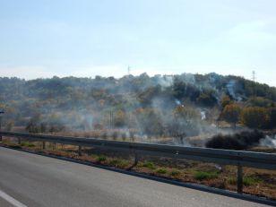 Dim sa zapaljenih strnjišta ponovo pokrio autoput (VIDEO)