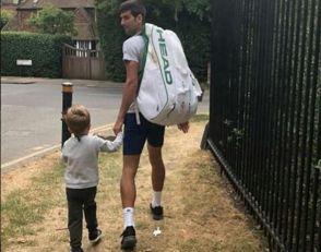 ĐOKOVIĆIMA NI NEVREME NE SMETA: Novak sa sinom šetao po kiši. Sve je zaprepastio jedan DETALJ na malom STEFANU!