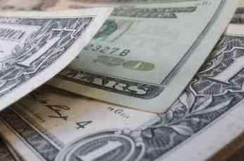 Dolar oslabio zbog potresa na tržištu akcija