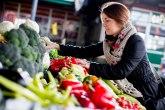 Domaće povrće stiglo na tezge, na zrenjaninskoj pijaci i bogata ponuda cveća