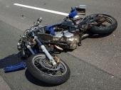 Dva povređena u PADU SA MOTORA