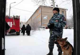 (FOTO, VIDEO) UŽAS U RUSIJI! TINEJDŽER SEKIROM ISKASAPIO  DECU U ŠKOLI: Povređeno šestoro! Napadač u bolnici!