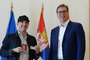 Fajns dobio srpski pasoš: Hvala što ste prihvatili ovog Engleza u vašoj zemlji