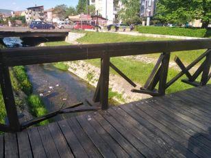 Foto-vest: Polomljena ograda na drvenom mostiću kod Ćele-kule
