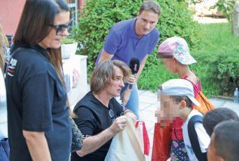 HUMANO: Željko Mitrović mališane iz Zvečanske ispratio u Budvu