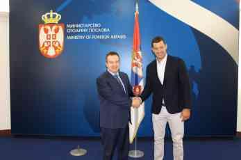 Ivica Dačić uručio diplomatski pasoš Filipu Filipoviću