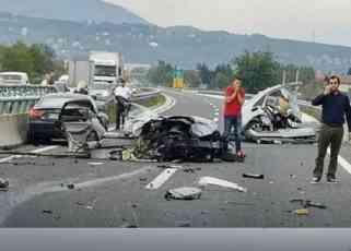 KRV I OLUPINE NA AUTOPUTU Stravična nesreća kod Ilijaša, od siline udara jedna osoba ispala iz automobila