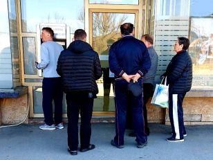 """Komercijalne banke i """"Intese"""" u Prijepolju su zaključana, a klijenti se puštaju naizmenično"""