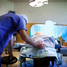 Lekari i roditelji ŠOKIRANI ovim PRIZOROM! Evo šta je PRONAĐENO U STOMAKU porodilje - SLIKA je napravljena ČIM JE BEBA IZAŠLA IZ UTROBE (FOTO)