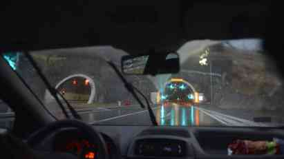 Mokri putevi i magla - vozite polako i pažljivo