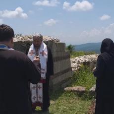 NIŠTA IM NIJE SVETO: Albanci motornim kosilicama ometali vladiku Atanasija da služi pomen (VIDEO)