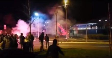 Navijačke grupe noćas se okupile ispred ambasade SAD (VIDEO)