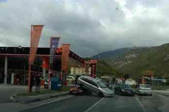 """Nesreća kod Travnika: """"Fiat"""" završio NA HAUBI """"krajslera"""""""