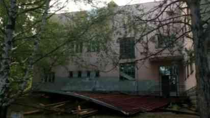 Olujni vetar odneo krov škole u Brveniku kod Raške