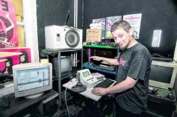 On pretvara stare računare u MUZIČKE INSTRUMENTE