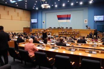 POSLE ODLUKE ODLAZEĆEG VISOKOG PREDSTAVNIKA: Srpska odlučuje o odgovoru na Inckov zakon o zabrani negiranja genocida