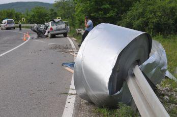 """POVRIJEĐEN VOZAČ """"RENOA"""" – Iz novopazarskog kamiona ispala rolna lima teška devet tona i smrvila auto"""