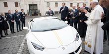 Papa prodaje lambordžini sa zlatnom trakom