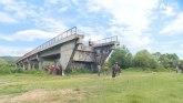 Srbija: Dobili most, a preko njega prelaze -  merdevinama VIDEO