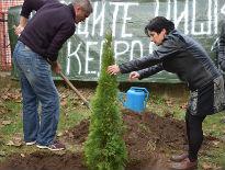 Predstavnici Dveri protestovali  zbog najavljene seče stabala ispred gradilišta Delta Planeta