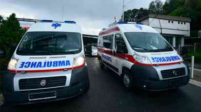 Prevrnulo se sanitetsko vozilo kod Merkatora, troje povređeno