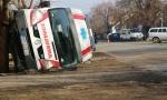Prevrnulo se vozilo Hitne, građani izvlačili ljude