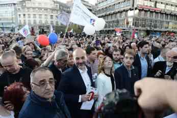 Protest opozicije na Trgu, vlast u Pozorištu