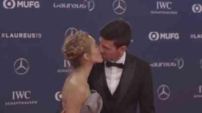 ŠOU ĐOKOVIĆA NASMEJAO PLANETU: Novak pred celim svetom poljubio Jelenu, pa uradio nešto NEOBIČNO (VIDEO)