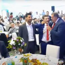 SVE SE TRESLO: Novak i Milorad Dodik pevaju poznati MEGAHIT na svadbi srpskog olimpijca! (VIDEO)