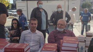 Šešelj delio knjige u Kragujevcu, organizovana peticija SRS-a protiv gej-brakova