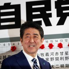 Smeši se on, a smeši mu se i DVOTREĆINSKA VEĆINA: Šinzo Abe RASTURIO na  izborima u Japanu