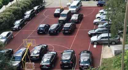 Sveštenici skupocenim automobilima okupirali košarkaški teren